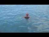 Чтобы не утонуть, мужчина 3 раза ударил ладонью по воде. Спасательный желет из штанов.