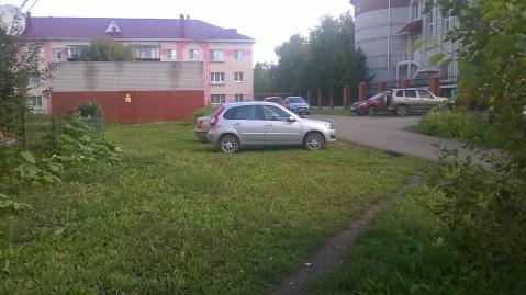 Жители Альметьевска жалуются на парковку на газонах во дворах домов