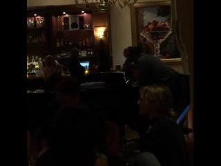 Джастин Бибер исполняет песню «Sorry» для Селены в ресторане отеля «Montage» в Беверли-Хиллз — 20 ноября 2015