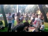 Таня Шилова отжимает футболку