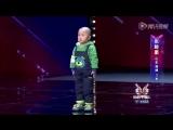 Трех летний парень круто танцует! :)))