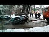 Вести.Ru: Коммунальщики разорвали машину, вытаскивая ее из лужи в Жуковском