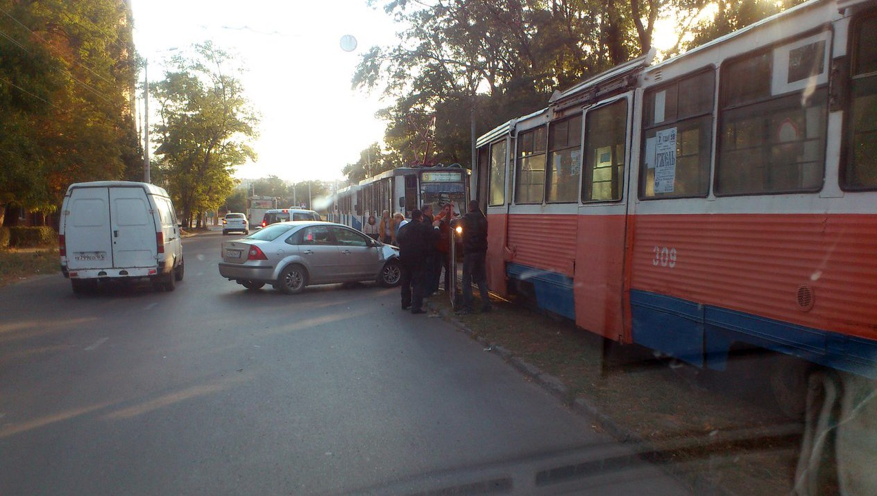 За минувшие сутки в Таганроге три трамвая попали в ДТП, двое сошли с рельсов