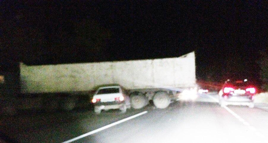 На трассе «Ростов-Таганрог» «ВАЗ-2108» врезался в длинномер
