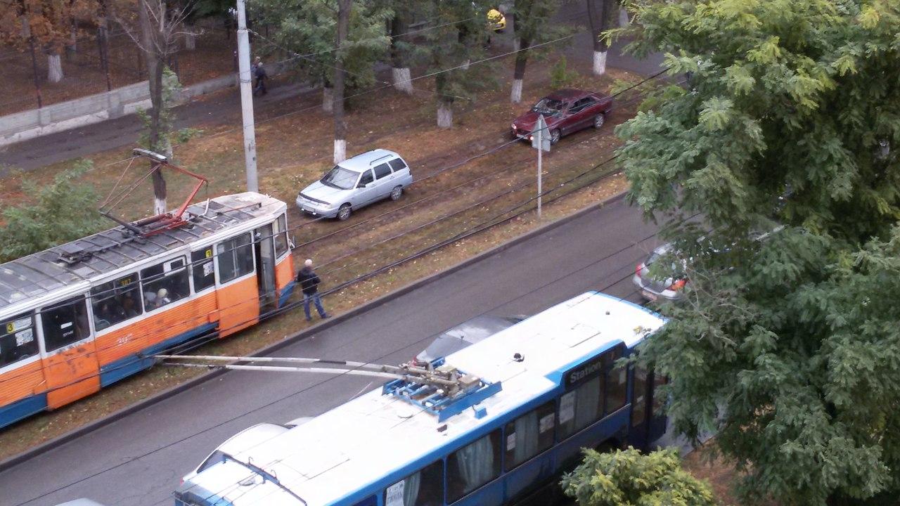 В Таганроге длинномер полностью перегородил движение на улице улицу Ленина, образовался затор