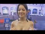 Девушки показывают грудь на улице