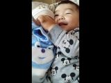 малыш усыпляет малыша... это так мило