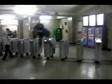 Как пройти в метро без билета.3gp