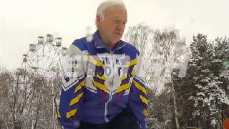 64 летний турникмен обучает своим трюкам пенсионерок в сормовском парке