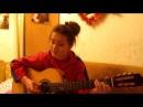 девочка поет и играет на гитаре красиво