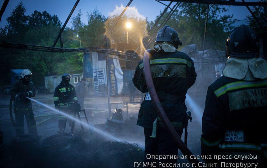 Крупный пожар тушили ночью в промзоне на улице Калинина в Петербурге