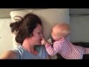 Уморительное видео)) малыш упорно пытается разбудить маму. А она не в силах проснуться