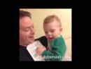 Папа с ребенком шлёт оригинальные приветы маме на работу.