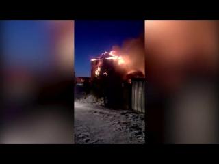 Два человека погибли при пожаре в частном доме в Удмуртии (видео)