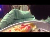 Кошка ест желейный торт. Cat eats jelly cake))