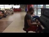 Пианист в аэропорту играет  К Элизе  12 разными стилями и музыку из  Титаника  360p