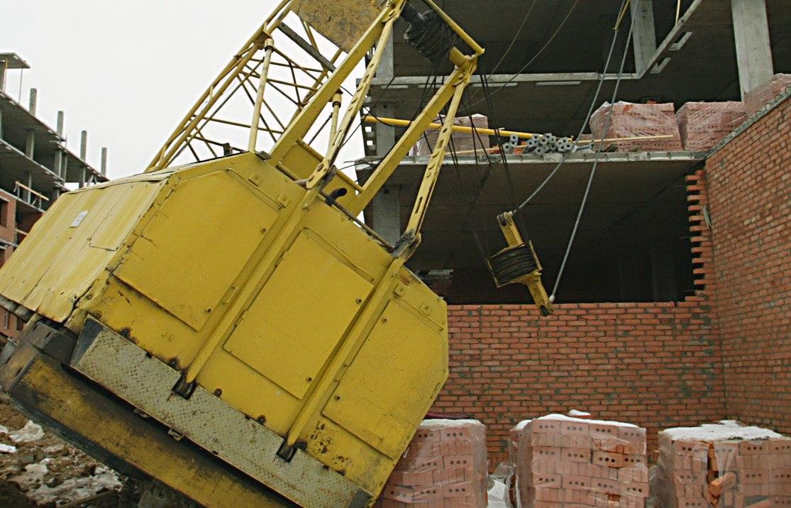 В Таганроге на крышу новостройки упала стрела крана