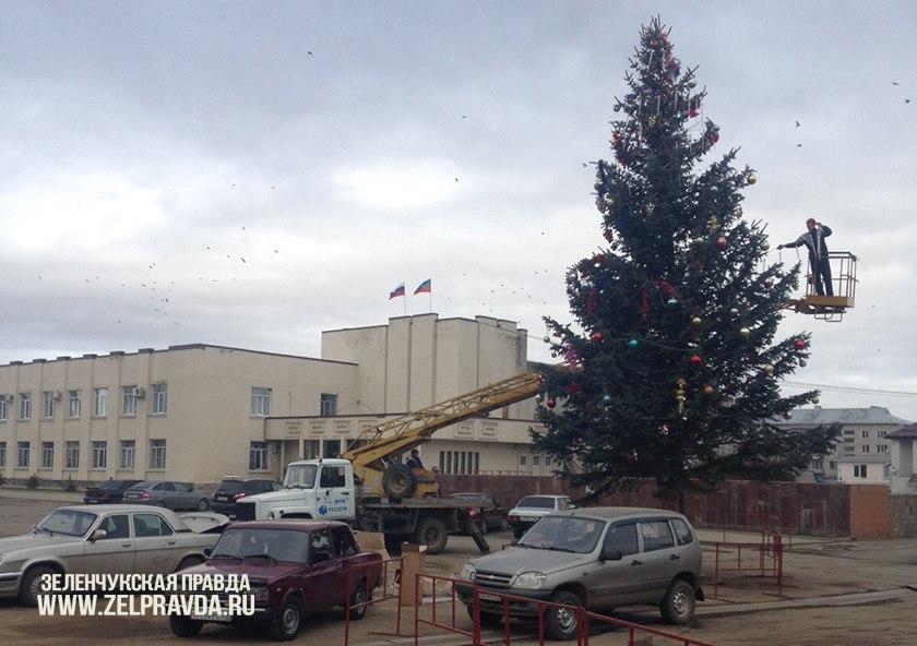 В станице Зеленчукской украсили главную елку Зеленчукского района
