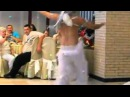 Парень танцует танец живота