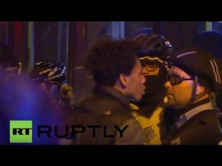 США: Выпуск полиции съемки видео искры демонстраций в Чикаго.