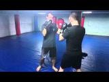Отработка боковых ударов руками по лапам в медленном темпе в клубе тайского бокса Лотос-Уралмаш