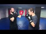 Отработка боковых ударов руками по лапам в клубе тайского бокса Лотос-Уралмаш