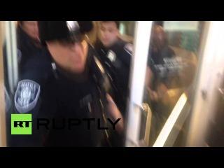 США: Чёрный Живёт Материя протестующие драка с полицией во время Чёрная Пятница демо.