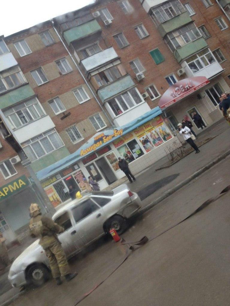 В Таганроге на улице Дзержинского сгорело такси
