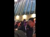 [FANCAM] 160110 Айкон в аэропорте Шанхая. Каково быть в этой толкучке?