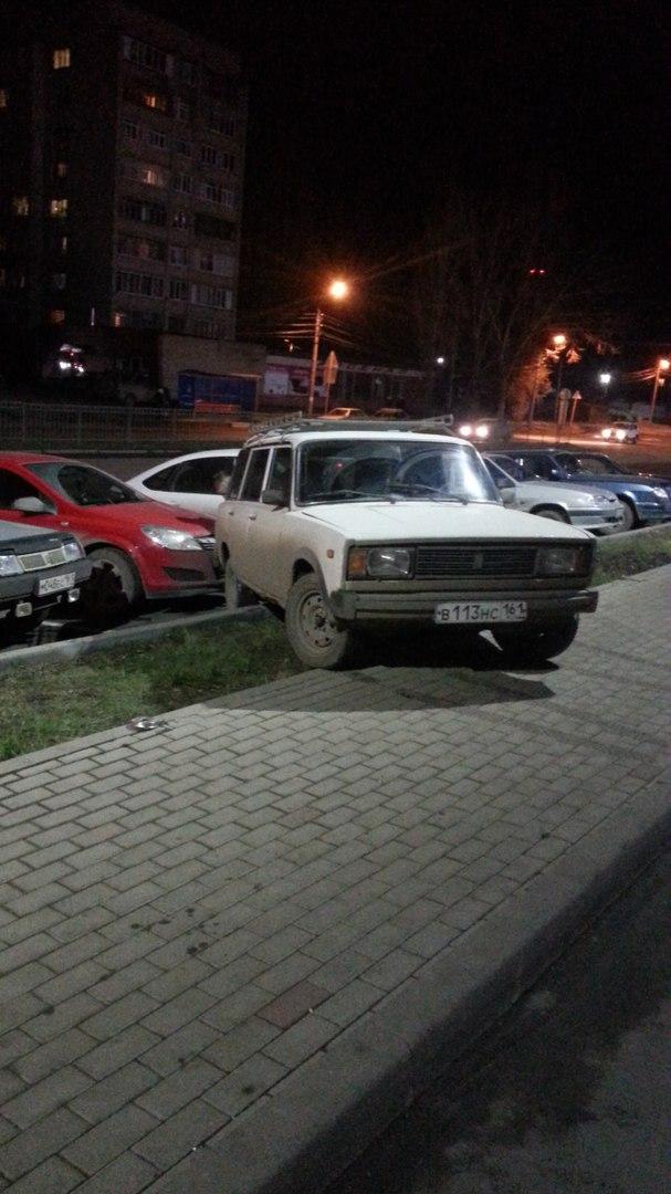 В Таганроге на парковке ТРЦ «Лето» автомобиль без водителя чуть не задавил мать с детьми. ВИДЕО