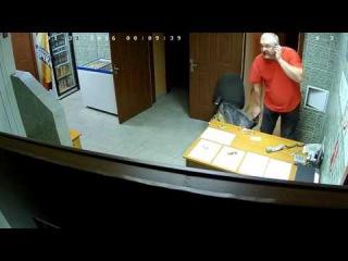 В Омске клиент жестоко избил девушку-администратора