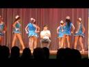 Старшеклассницы красотки танцуют на выпускном