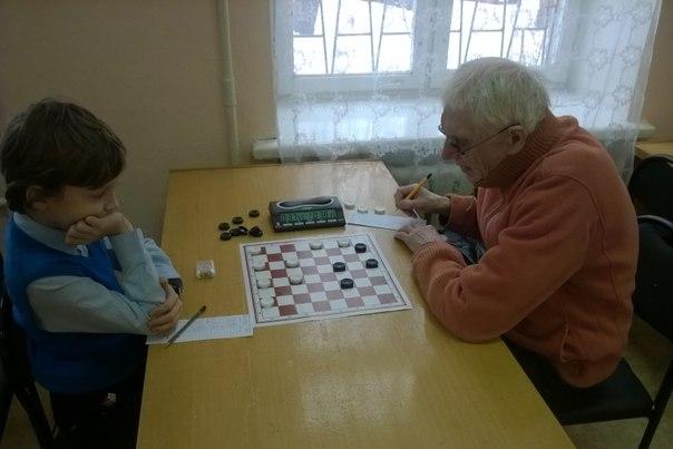 Пенсионер из Чистополя лидирует в чемпионате России по «поддавкам» в шашки