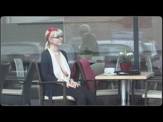 Фривольная женщина без лифчика на улице...
