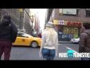 Голая девушка на улицах Нью Йорка.