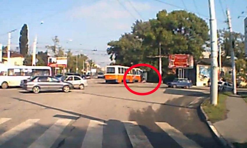 В Таганроге трамвай №3 сбил пожилую женщину с ребенком. ВИДЕО