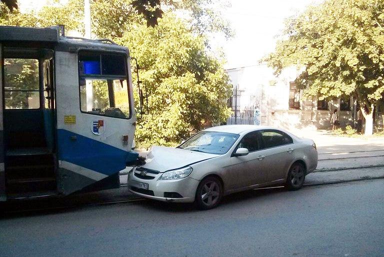 В Таганроге Chevrolet Epica без водителя въехала в трамвай