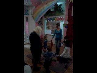 Танок з хустинкою на занятті з малюками.
