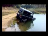 Легендарный внедорожник УАЗ буксует в грязи и по воде на бездорожье