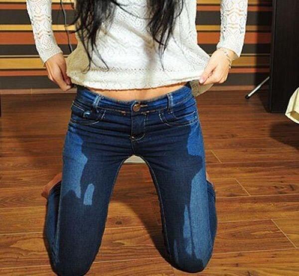 Девушка описалась в штани видео