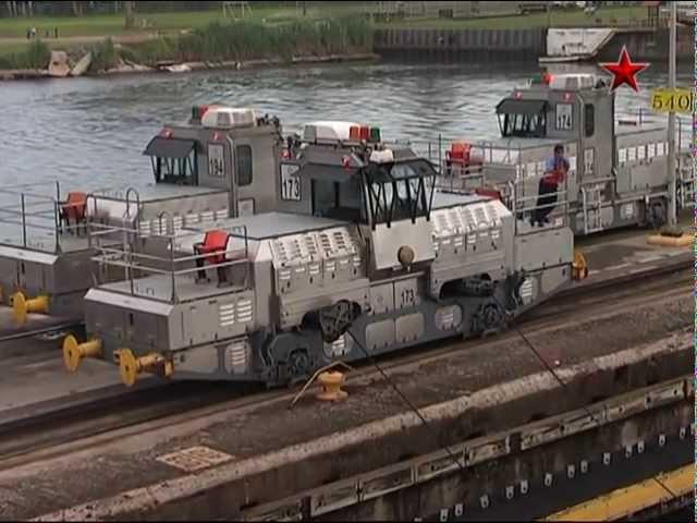 Крейсер «Москва» проходит Панамский канал