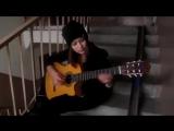 Красивая девушка играет на гитаре испанская)