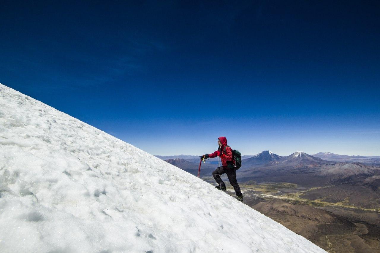 альпинист на склоне вулкана Сахама в Боливии