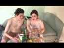Парень лижет волосатую пизду пьяной соседке и бухает с ней
