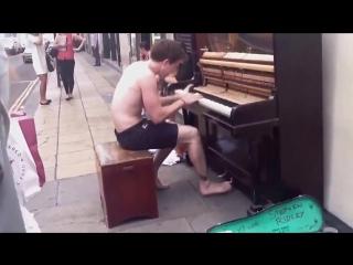Таланты Улиц Очень чувственно парень играет душевно на улице красивая игра на пианино Бездомный мужчина из Ванкувера, который не