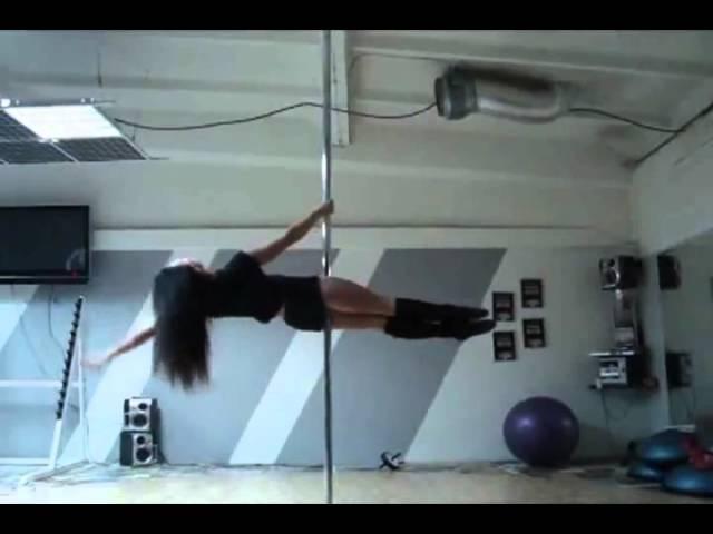 девушка танцует на шесте блин какие у нее сильные руки