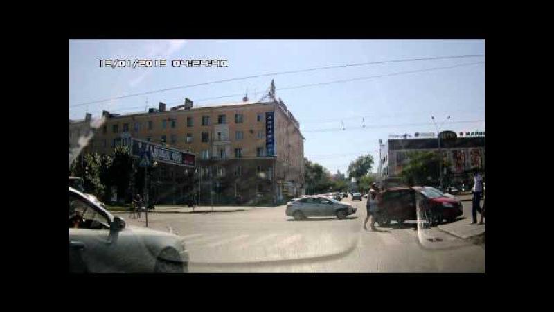 Смотреть с 0:15: 1 августа на регулируемом перекрестке ул.Ленина - ул. Димитрова в городе Барнауле столкнулись два легковых автомобиля - поворачивающий налево не пропустил встречного.