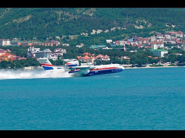 Посадка гидросамолета БЕ-200ЧС в бухту Геленджика.