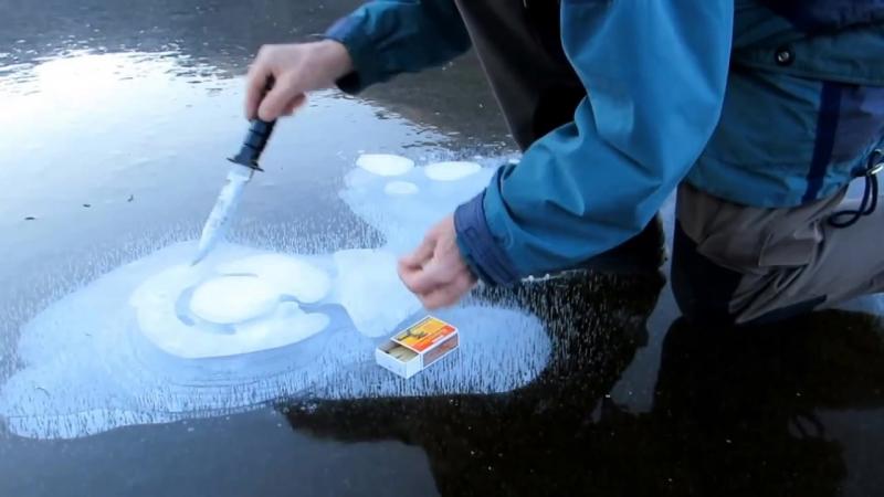 Он проделал дыру во льду замерзшего озера. Происшедшее после не может не удивить!