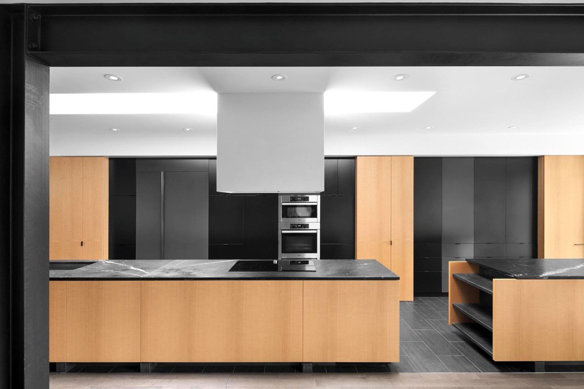 Черное, белое и дерево - интерьер кухни (40 фото)
